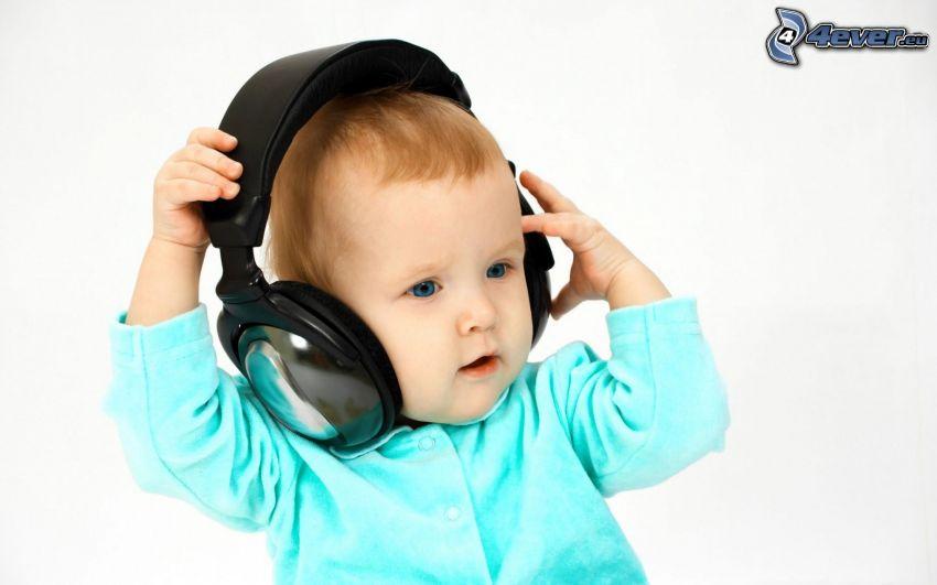 liten pojke, hörlurar
