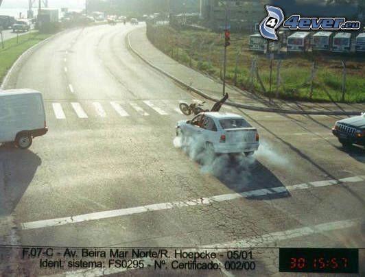 krasch, korsning, bil, motorcykelförare, rök