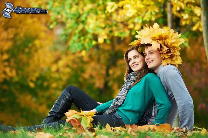 pareja, hojas de otoño