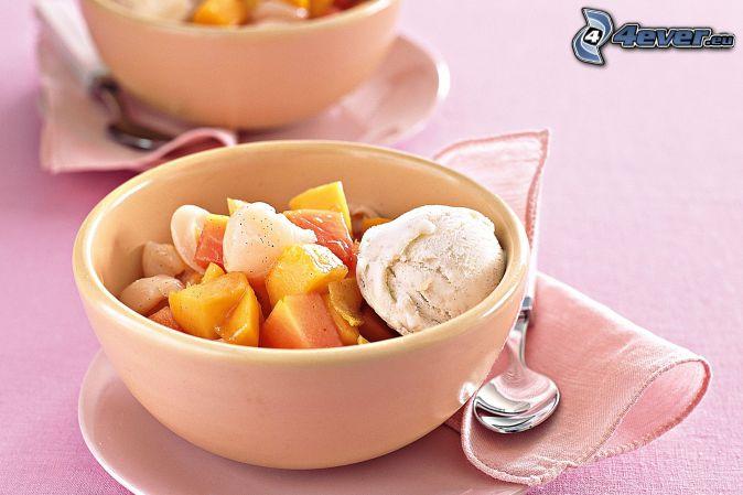 Helado con frutas, tazón, cuchara