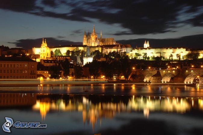 Praga, Castillo de Praga, Puente Carlos, río Vltava, ciudad de noche