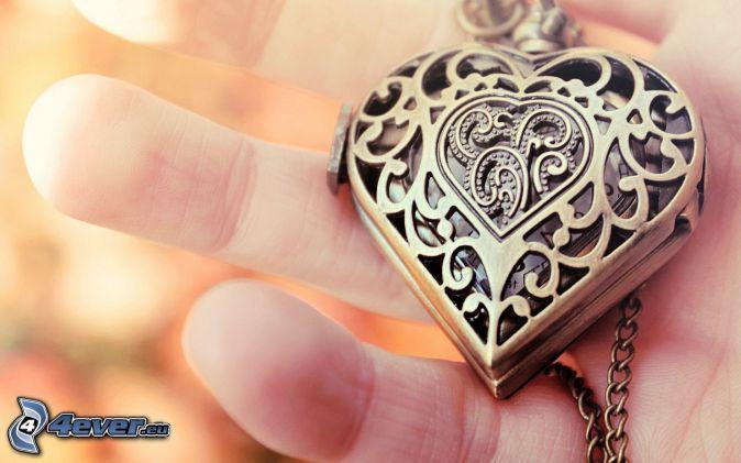 colgante de plata, mano, corazón
