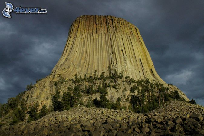 Devils Tower, cielo oscuro