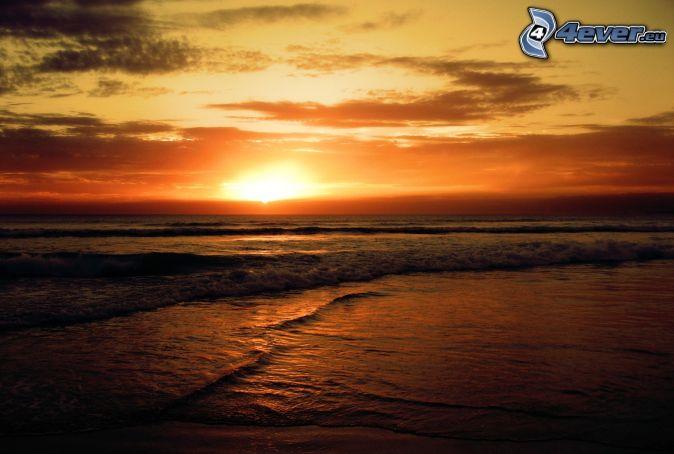 puesta de sol naranja sobre el mar , costa