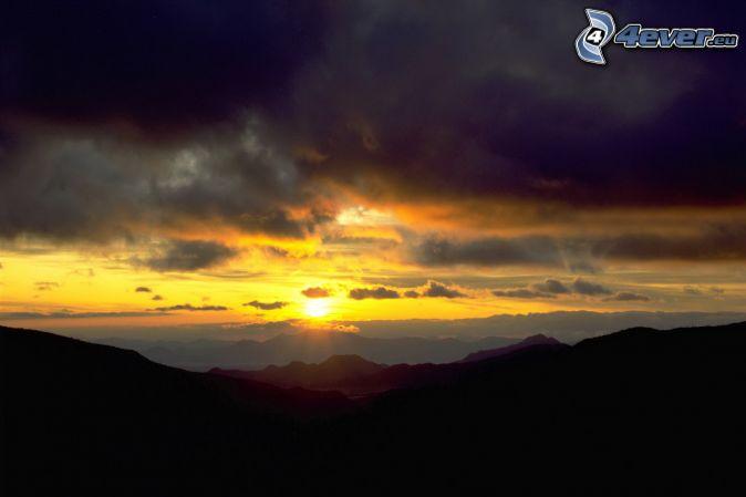 puesta del sol , montañas , nubes oscuras