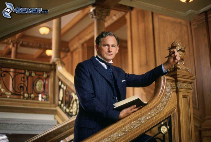 Victor Garber, hombre en traje, escalera