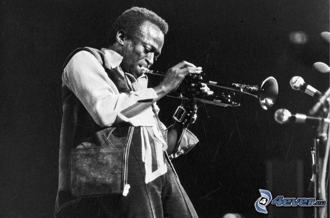 Miles Davis, que toca la trompeta, Foto en blanco y negro