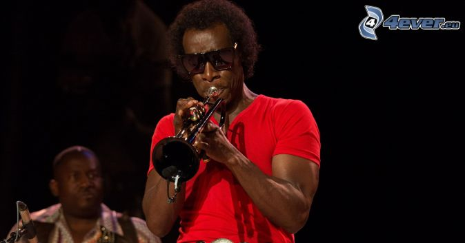 Miles Davis, que toca la trompeta