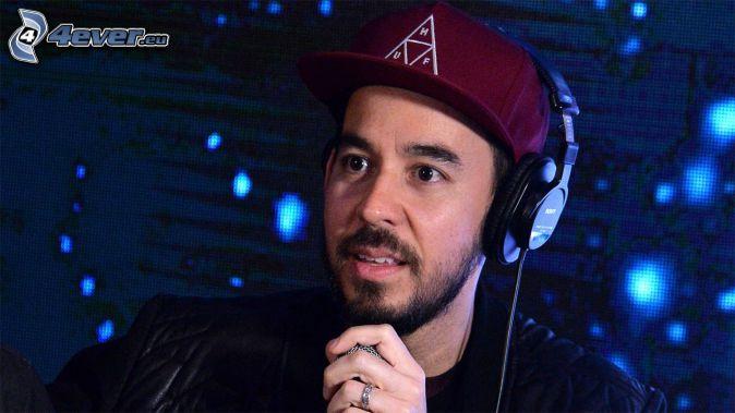 Mike Shinoda, auriculares, gorro