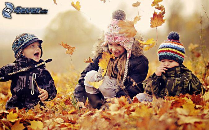 niños, hojas caídas, juego