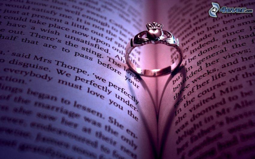 anillo en un libro