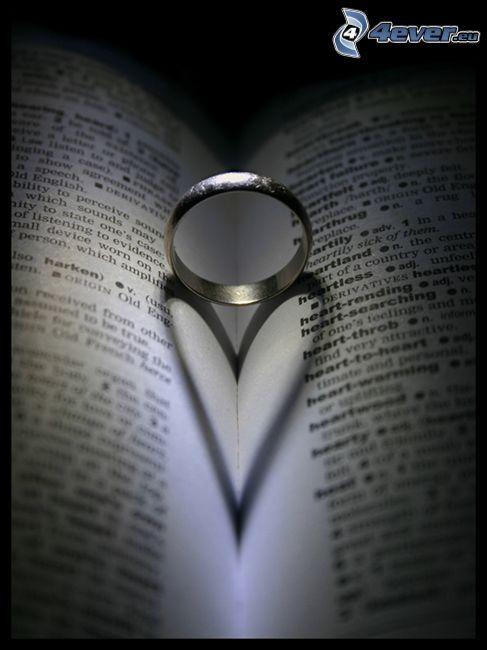 anillo en un libro, corazón en el libro, sombra