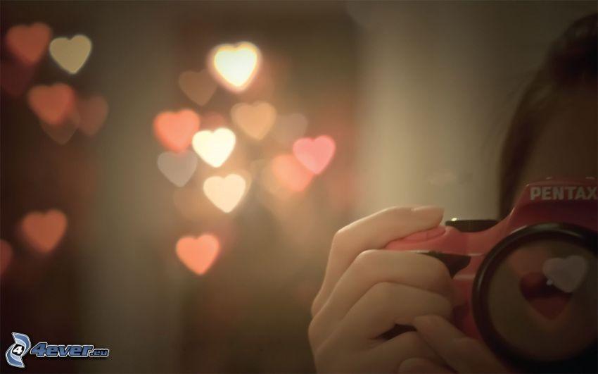 chica con cámara, corazones