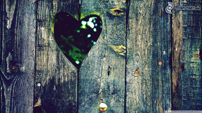 corazón, cerca de madera vieja