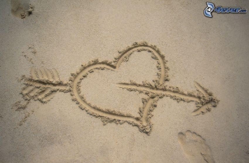 corazón en la arena, flecha