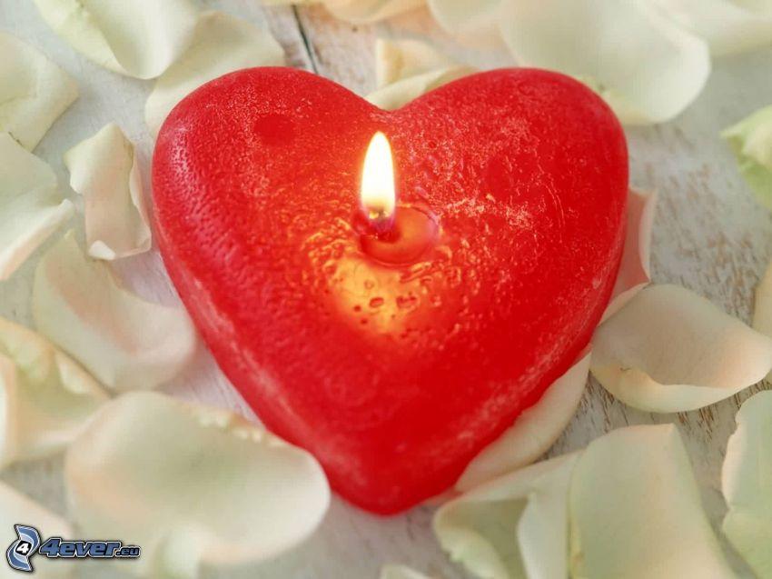 corazón rojo, vela, pétalos de rosa
