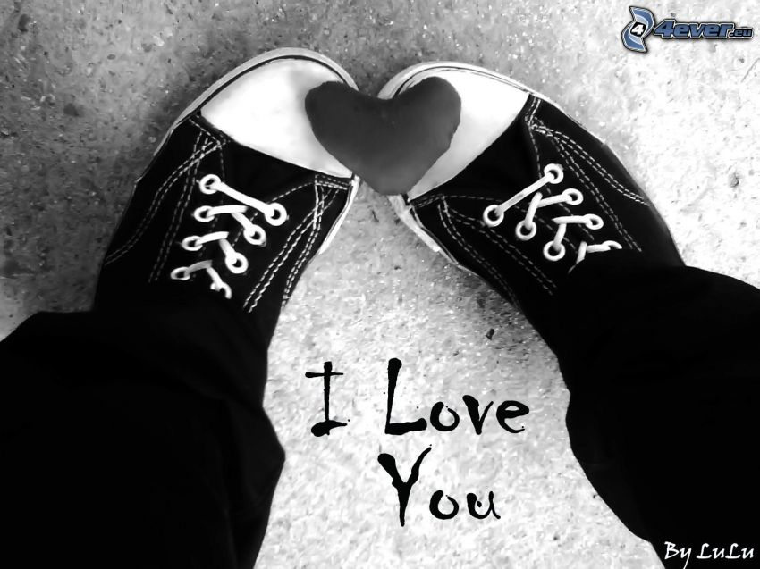 I love you, corazón, pies, zapatillas de deporte negras