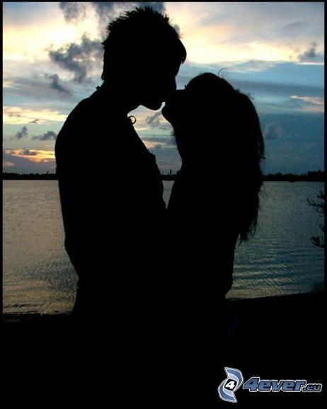 Beso en la puesta del sol, abrazar, amor, agua
