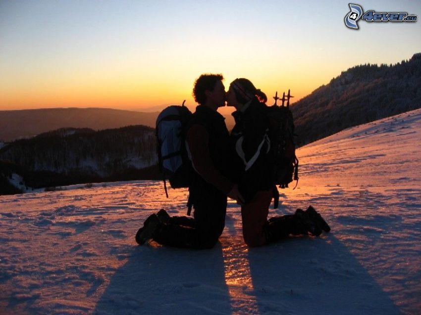 Beso en la puesta del sol, amor, pareja, montañas, nieve