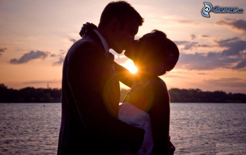 Beso en la puesta del sol, lago