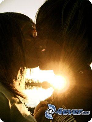Beso en la puesta del sol