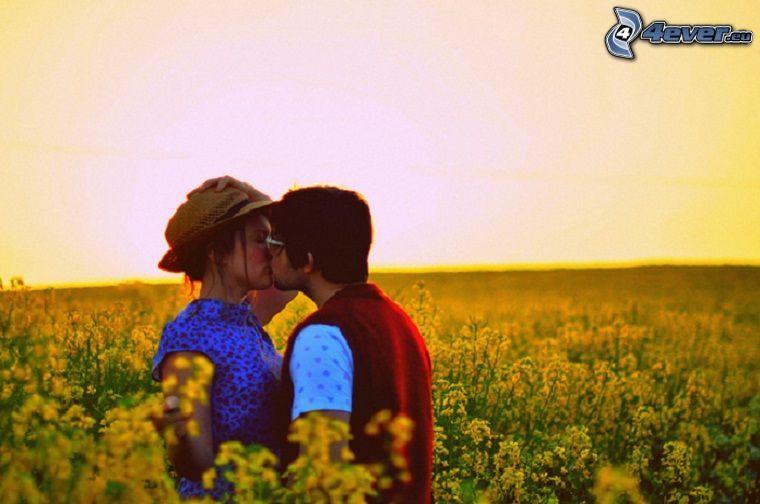beso en un campo