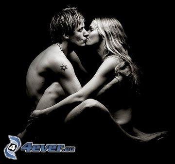 hombre y mujer, pareja, beso, tatuaje en la mano