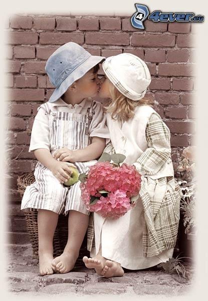 jóvenes en una boda, niños besándose, ramo, amor