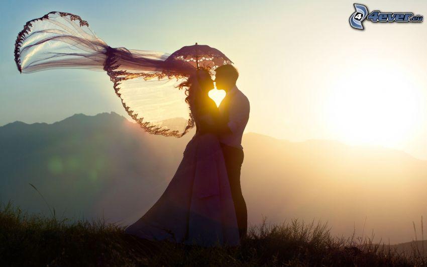 pareja, beso, abrazar, puesta del sol, sombrilla