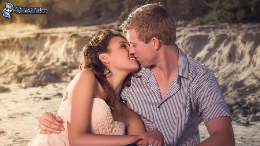 pareja, beso, arena, sonrisa
