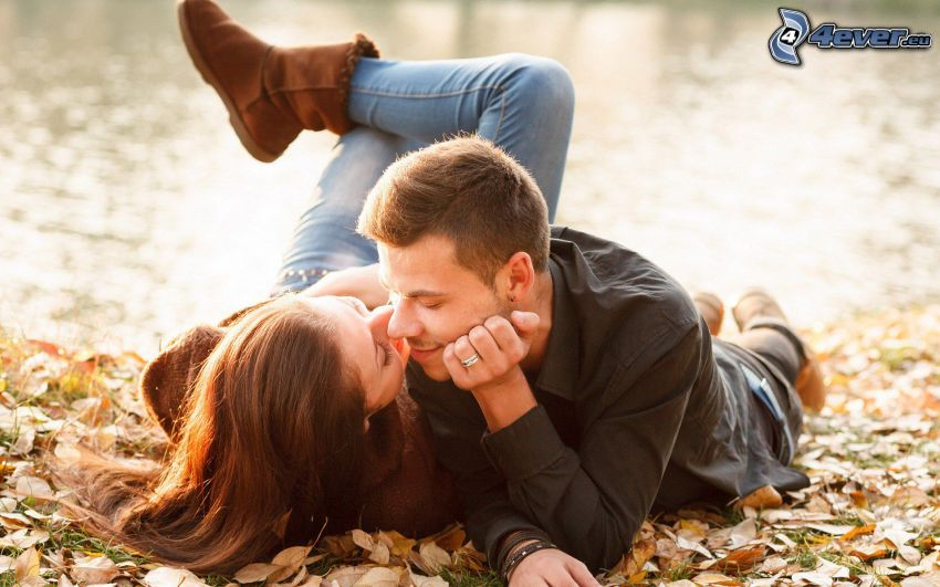 pareja, beso, hojas de otoño