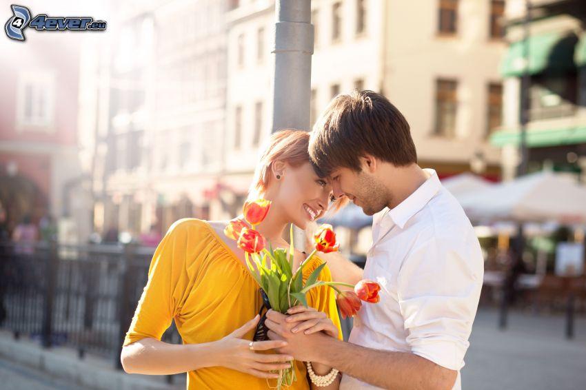 pareja, tulipanes rojos