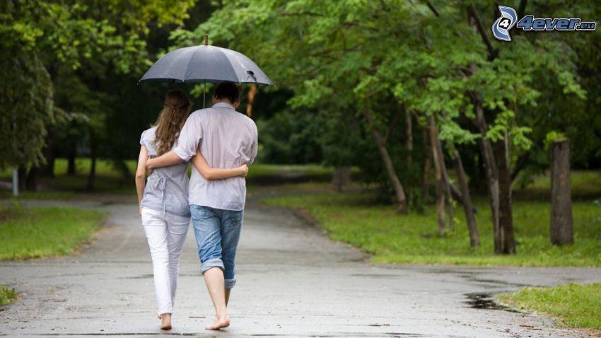 pareja con paraguas, parque