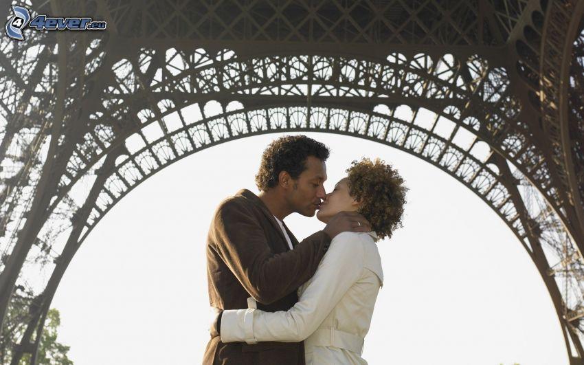 pareja en abrazo, beso, Torre Eiffel