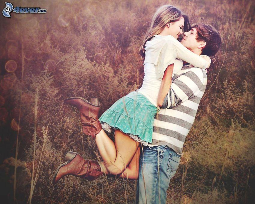 pareja en abrazo, campo