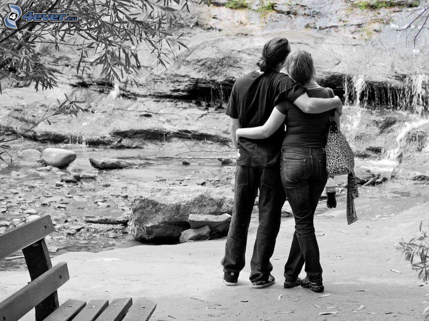 pareja en abrazo, cascada, banco