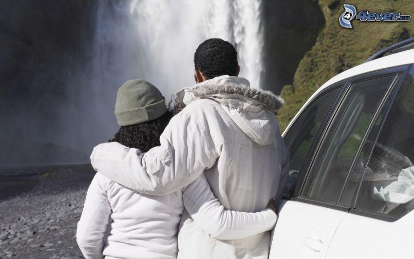 pareja en abrazo, cascadas