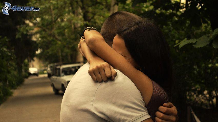 pareja en abrazo, despedida, calle