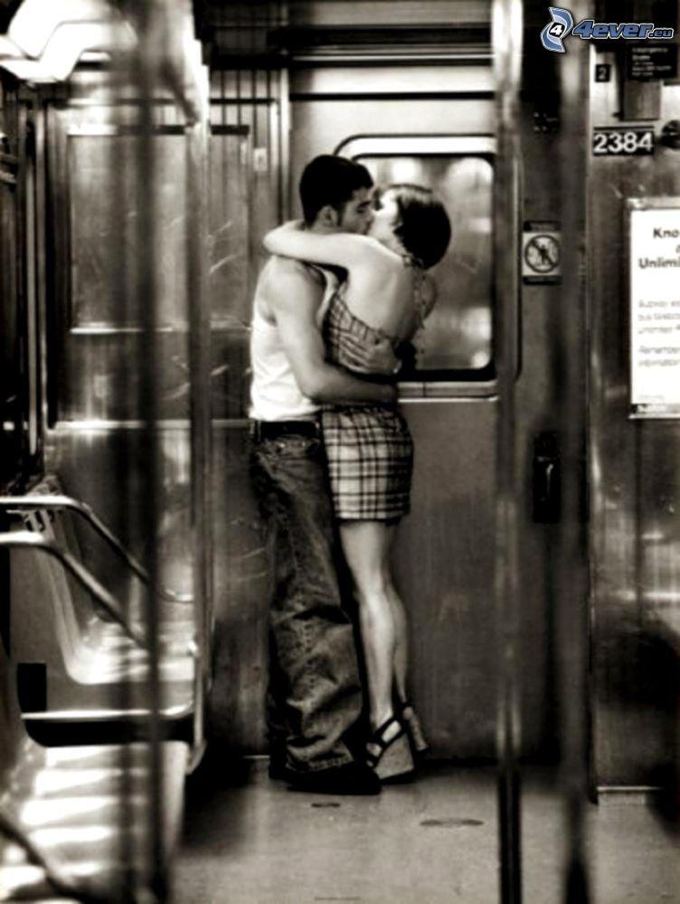 pareja en abrazo, metro