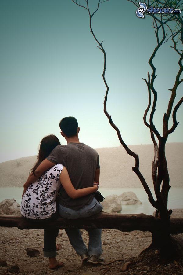 pareja en abrazo, tribu, árbol seco