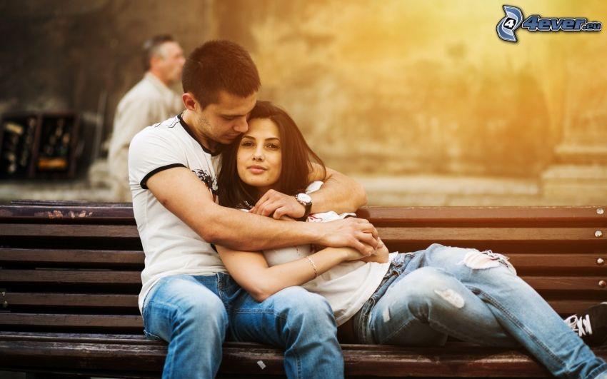 pareja en el banco, abrazar
