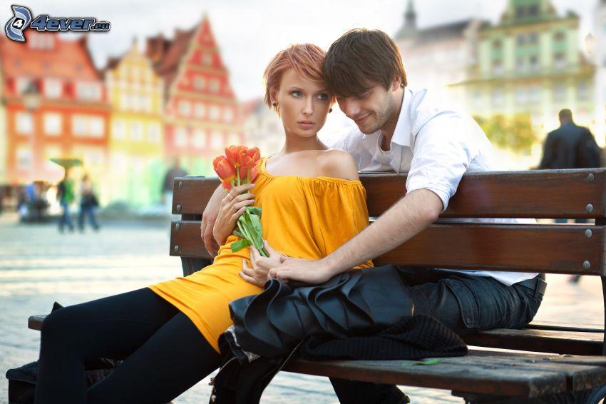 pareja en el banco, tulipanes
