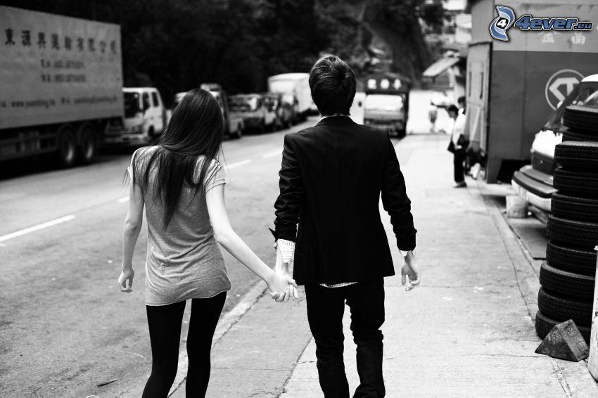 pareja en la ciudad, camino, tomar manos, calle
