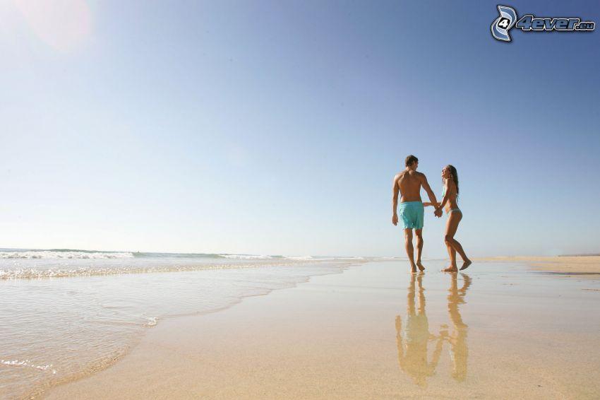 pareja en la playa, mar, cielo azul