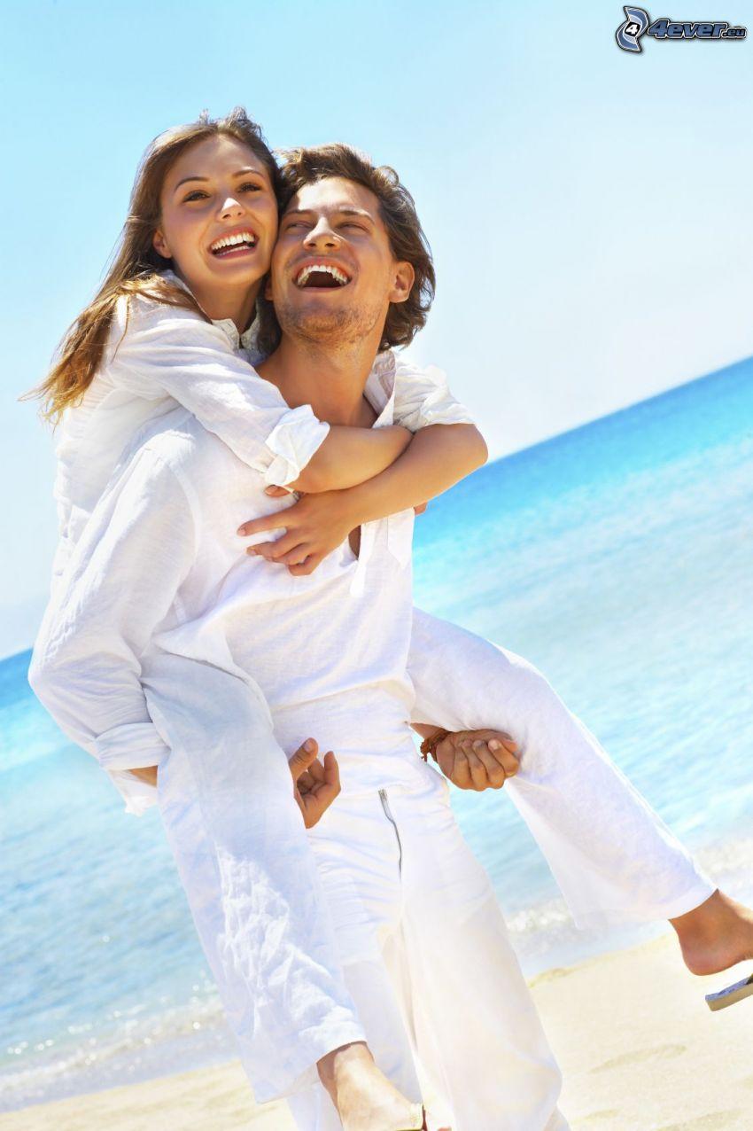 pareja en la playa, mar, risa