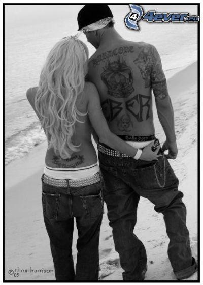 pareja en la playa, tatuaje en la espalda, mar