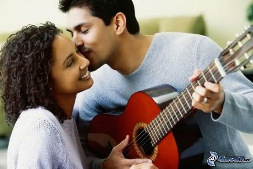 pareja feliz, beso, guitarra