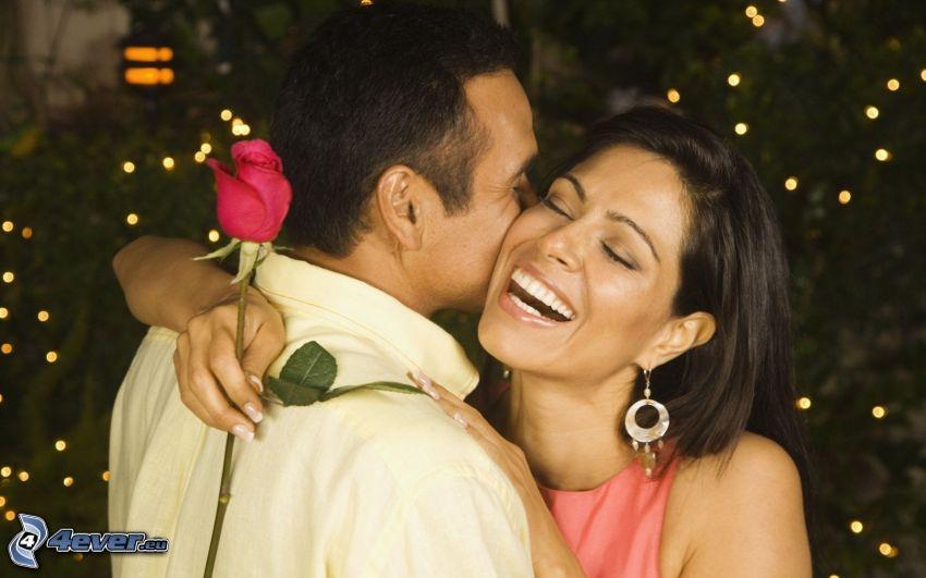 pareja feliz, risa, rosa