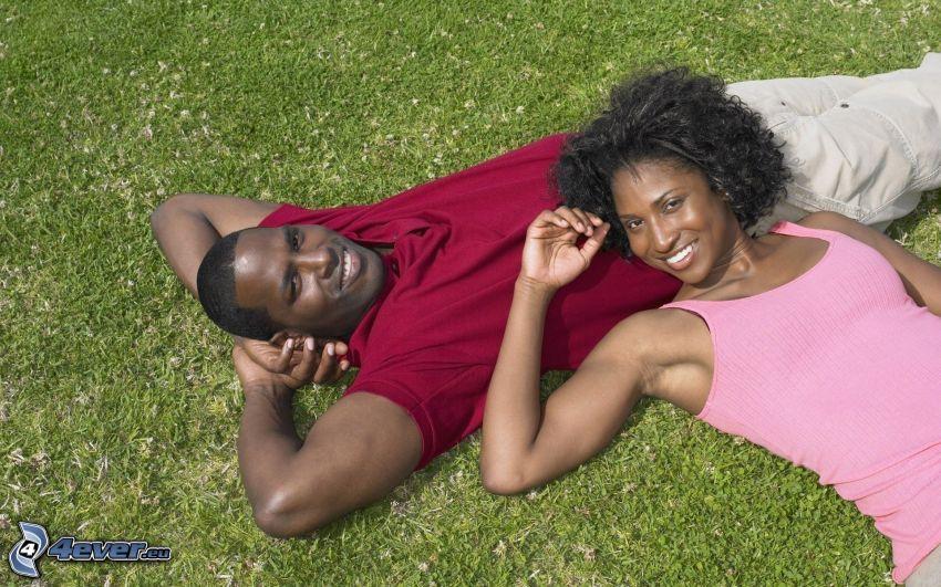 pareja sobre la hierba, negros, suerte, relajarse