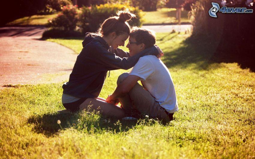 pareja sobre la hierba